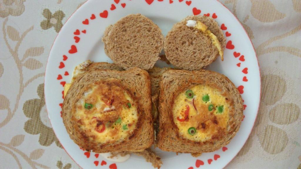 Snídaně: Toust, slanina, vejce. Vše krásně v sobě.